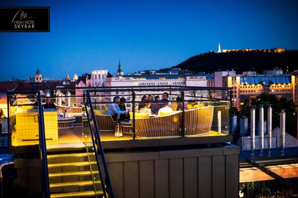 High Note Skybar Budapest - tetőterasz panoráma éjjel